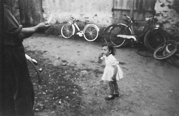 Pour FRANCOISE, moi-même petite fille (je devais avoir 2 ans), avec mon papa qui me tend un biscuit.