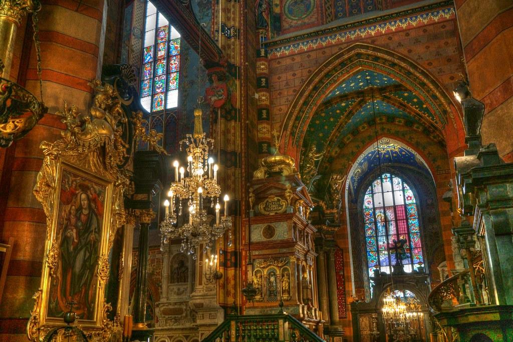 Basílica de Santa María (Cracovia)       Inside Bazylika Mariacka (Krakow)