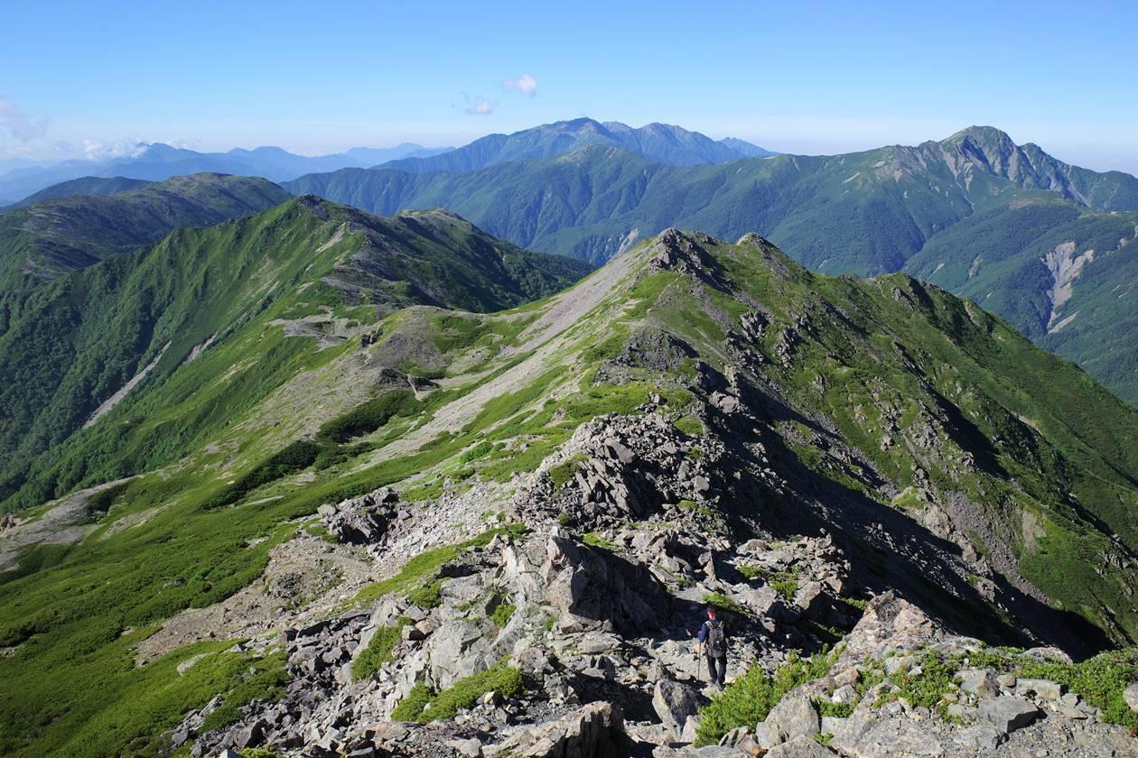農鳥岳から広河内岳への稜線と南アルプスの展望