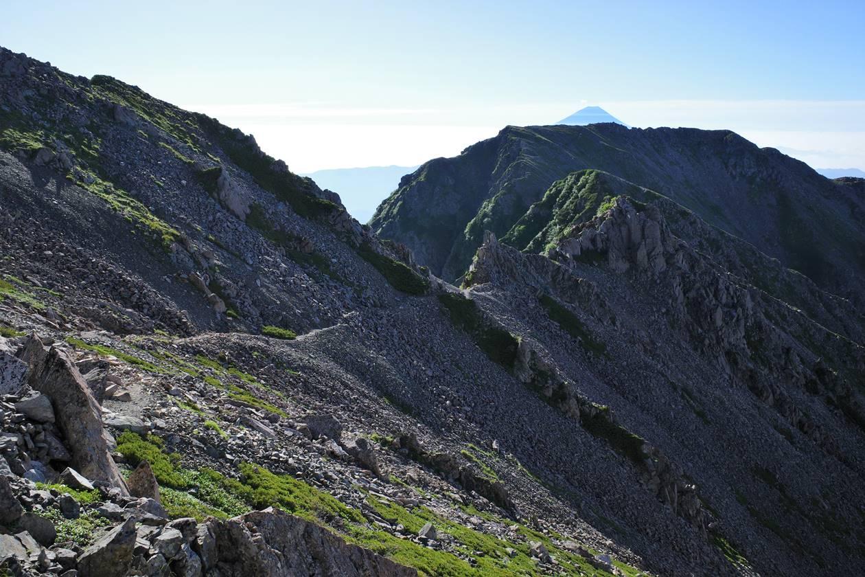 西農鳥岳から農鳥岳への岩稜登山道