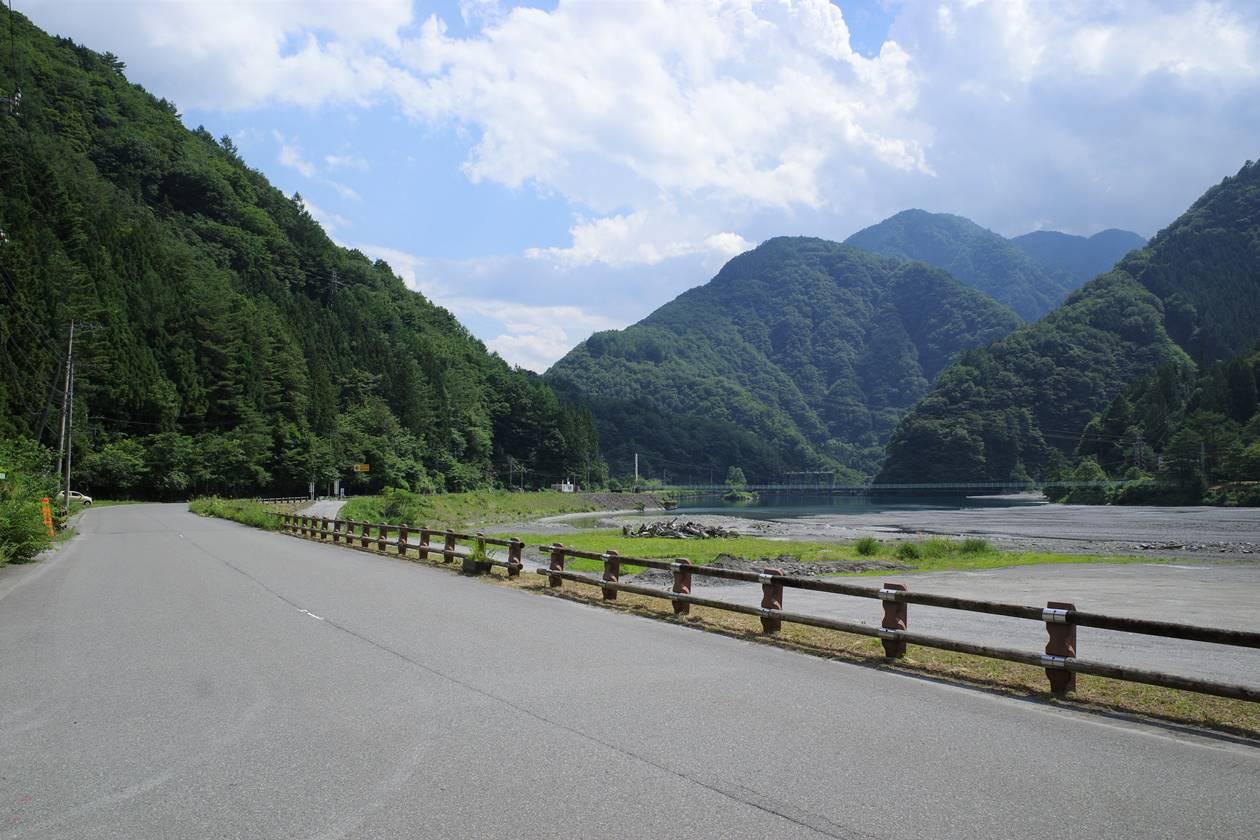 奈良田バス停からの風景