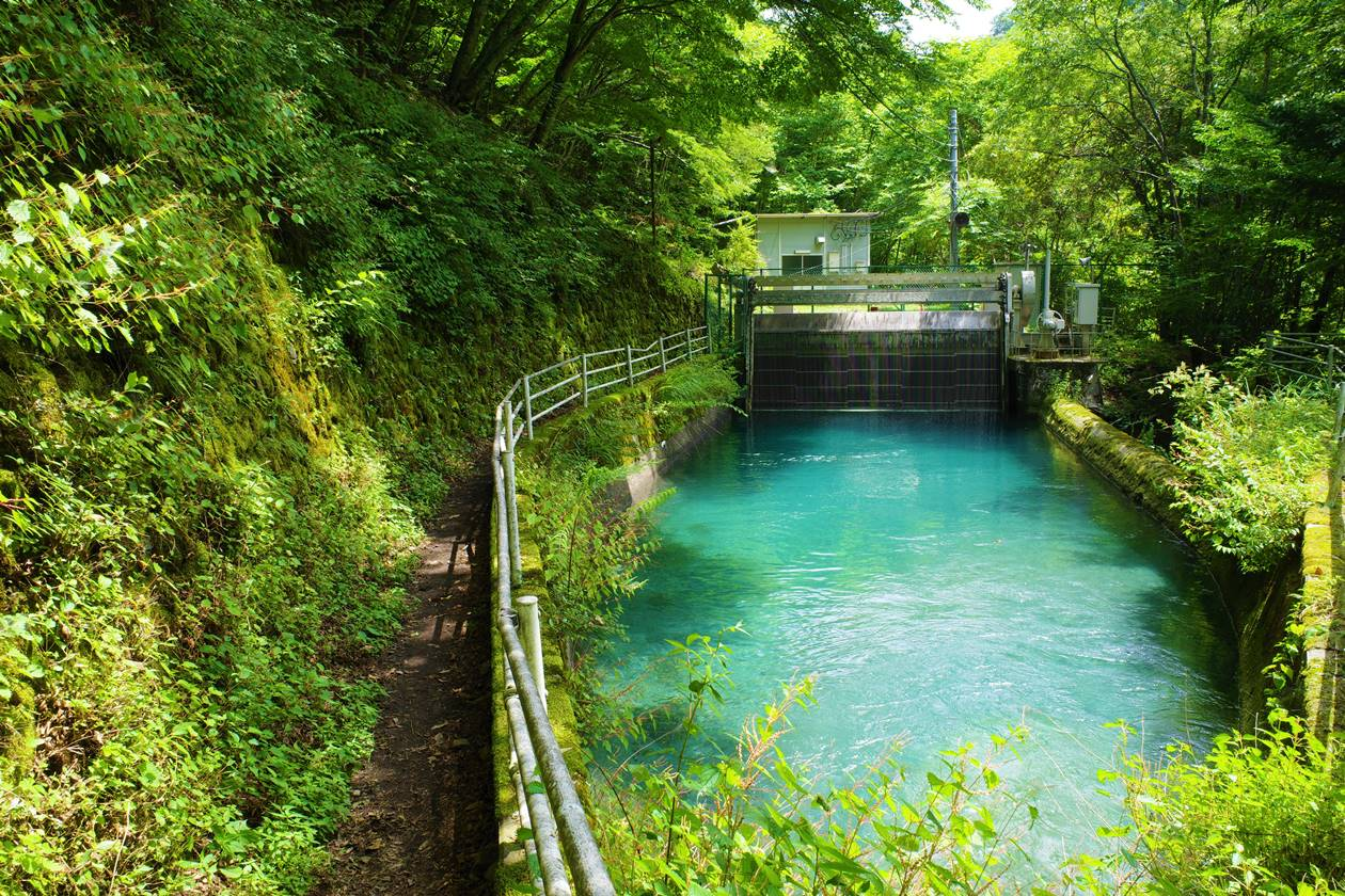 発電所のエメラルドグリーンのため池
