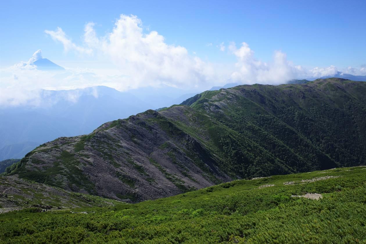 広河内岳山頂から眺める富士山と白峰南嶺へと続く稜線