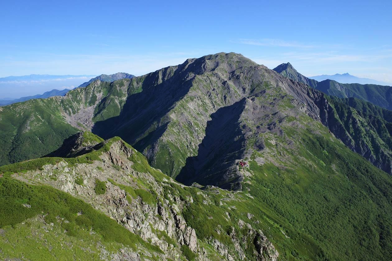西農鳥岳から眺める間ノ岳と富士山