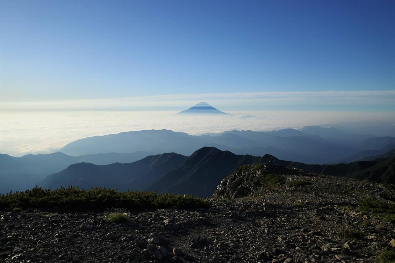 間ノ岳山頂から眺める富士山