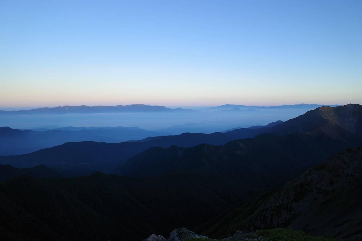 間ノ岳稜線から眺める中央アルプスと北アルプス