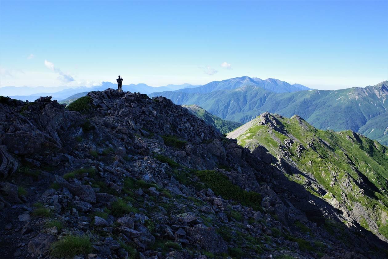 登山者と南アルプス