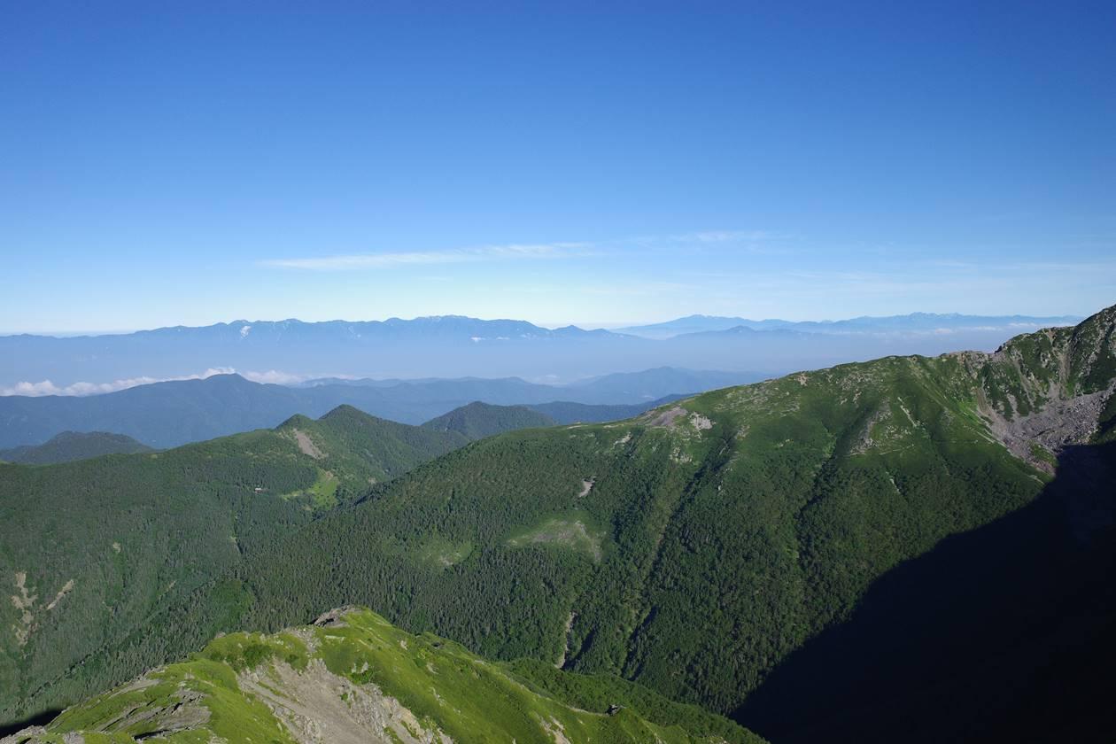 農鳥岳稜線から眺める中央アルプスと北アルプス
