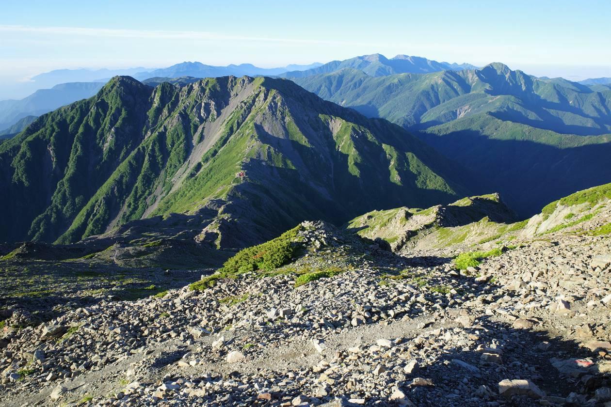 間ノ岳から眺める農鳥岳と南アルプス南部の山々
