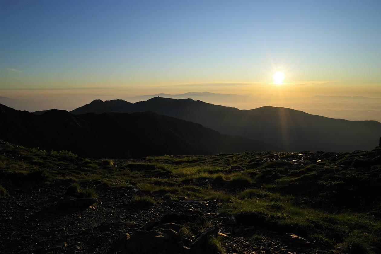 北岳~間ノ岳の稜線から眺める朝日