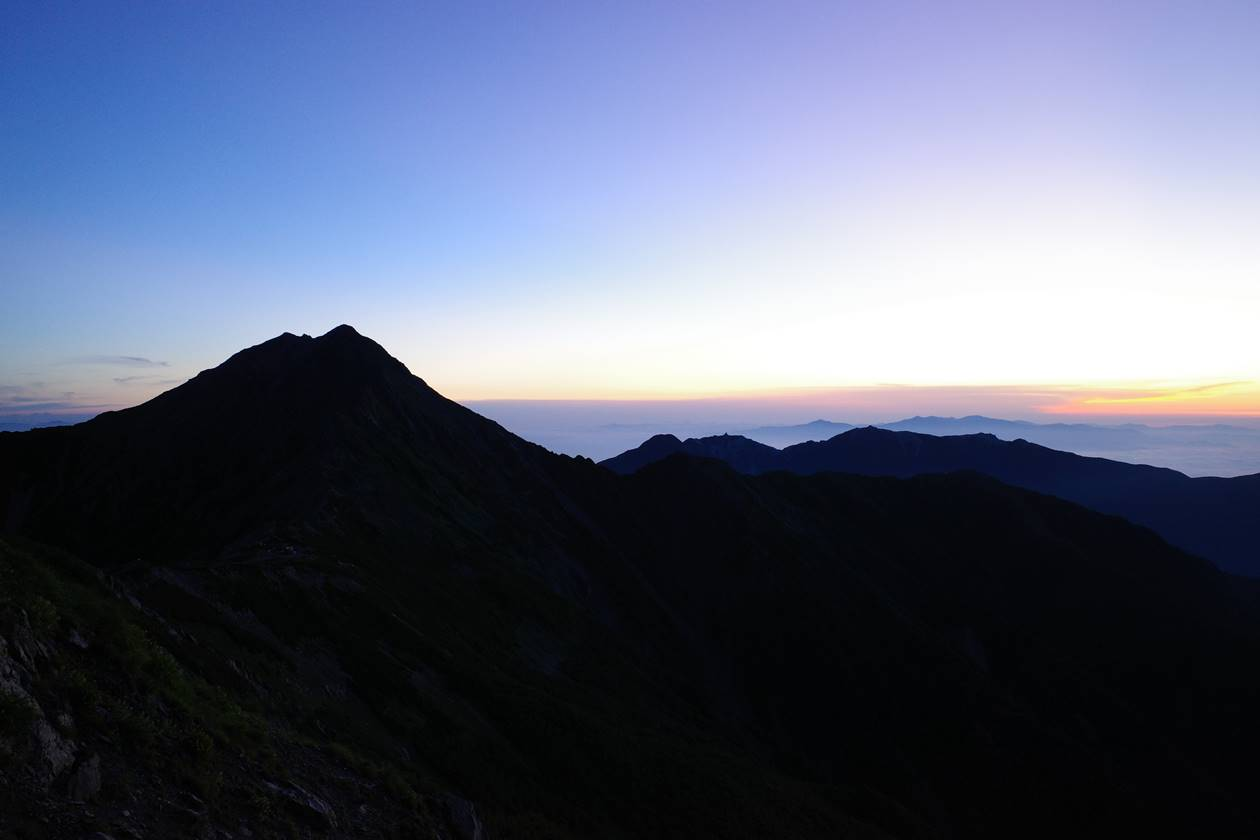 中白根山から眺める北岳と朝焼け