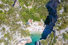 Luftbild vom Strand Stiniva auf der Insel Vis in Kroatien