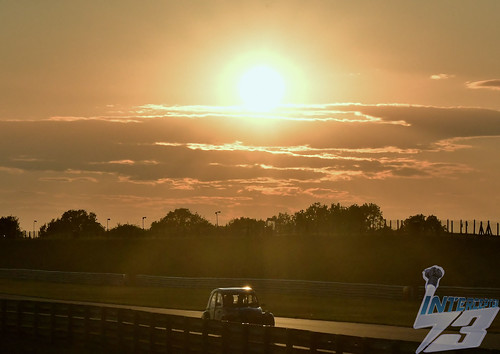 snetterton bentleystraight citroen2cv 24hourrace sunset 2019 august17th
