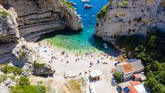 Luftbild vom Strand an der Bucht Stiniva auf der Insel Vis in Kroatien