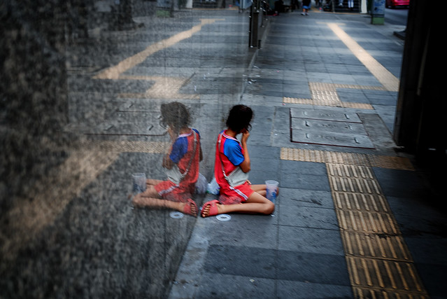 Kid begging - Bangkok - the labyrinth