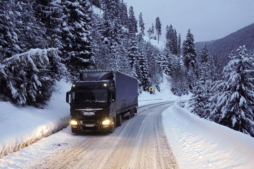 camion în zăpadă