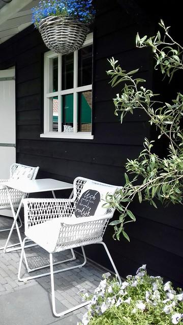 Tuinhuis zwart zwart wit tuin landelijk