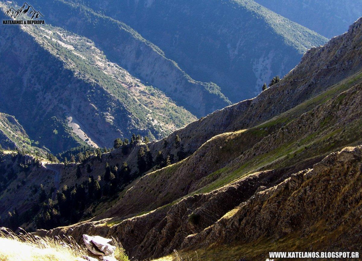 αποτομες πλαγιές βουνό δρομος για σταυροχωρι ευρυτανιας