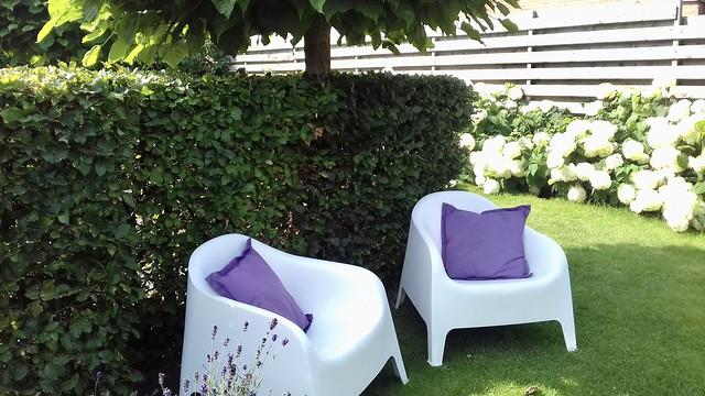 Witte IKEA kuipstoelen tuin
