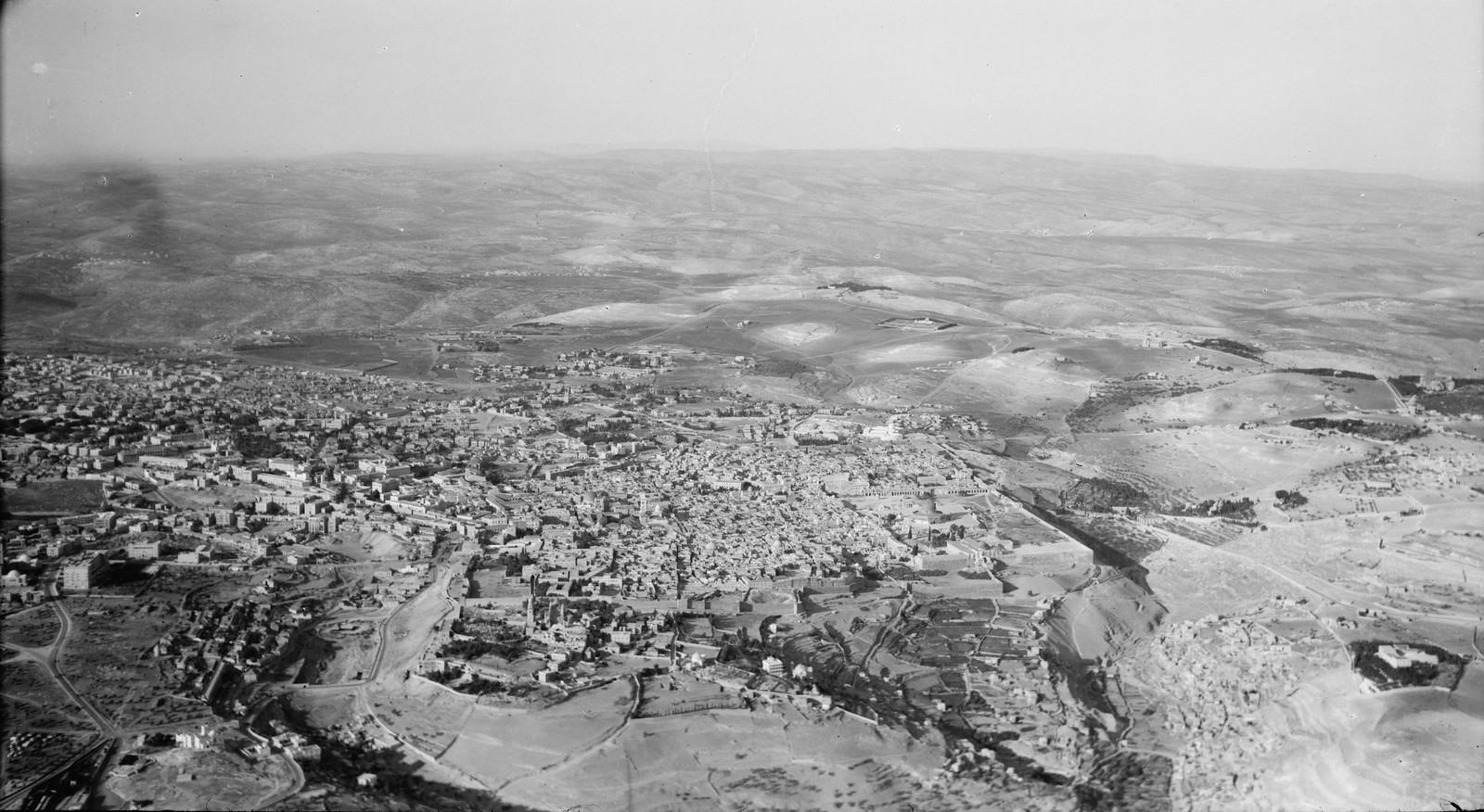 16. Иерусалим с воздуха (Старый Город). Вид на город с юга. Вид через долину Еннома на Сионскую гору