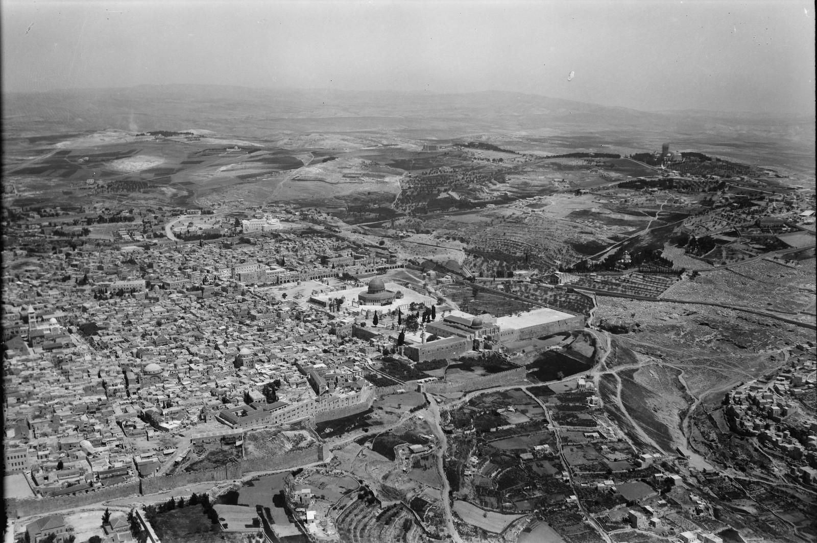 11. Иерусалим с воздуха (Старый Город).  Юго-восточная часть города. Показывает храмовую область, вид с северо-востока