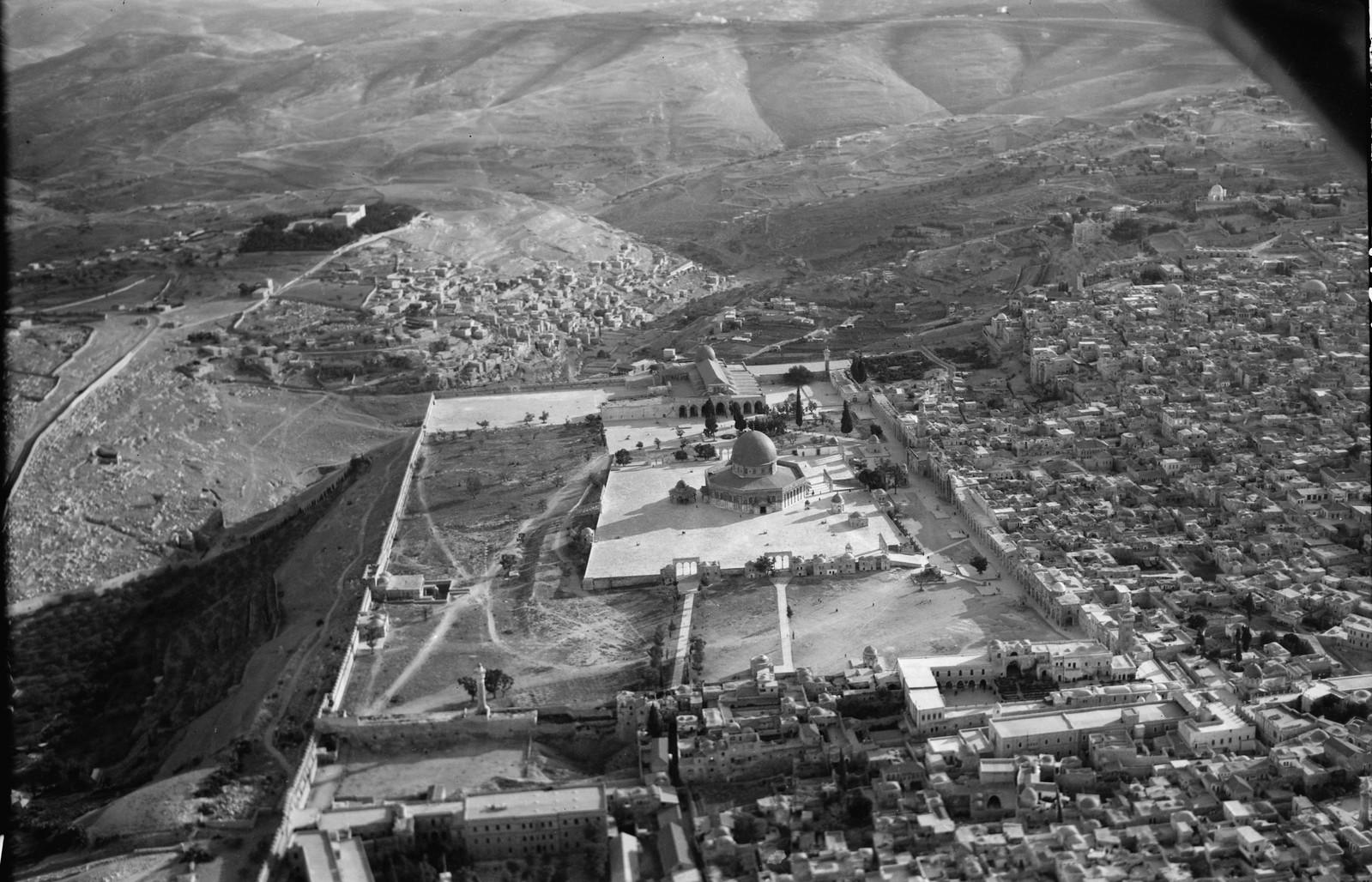 10. Иерусалим с воздуха (Старый Город). Храмовая облсть с севера. Виден Силоам на расстоянии