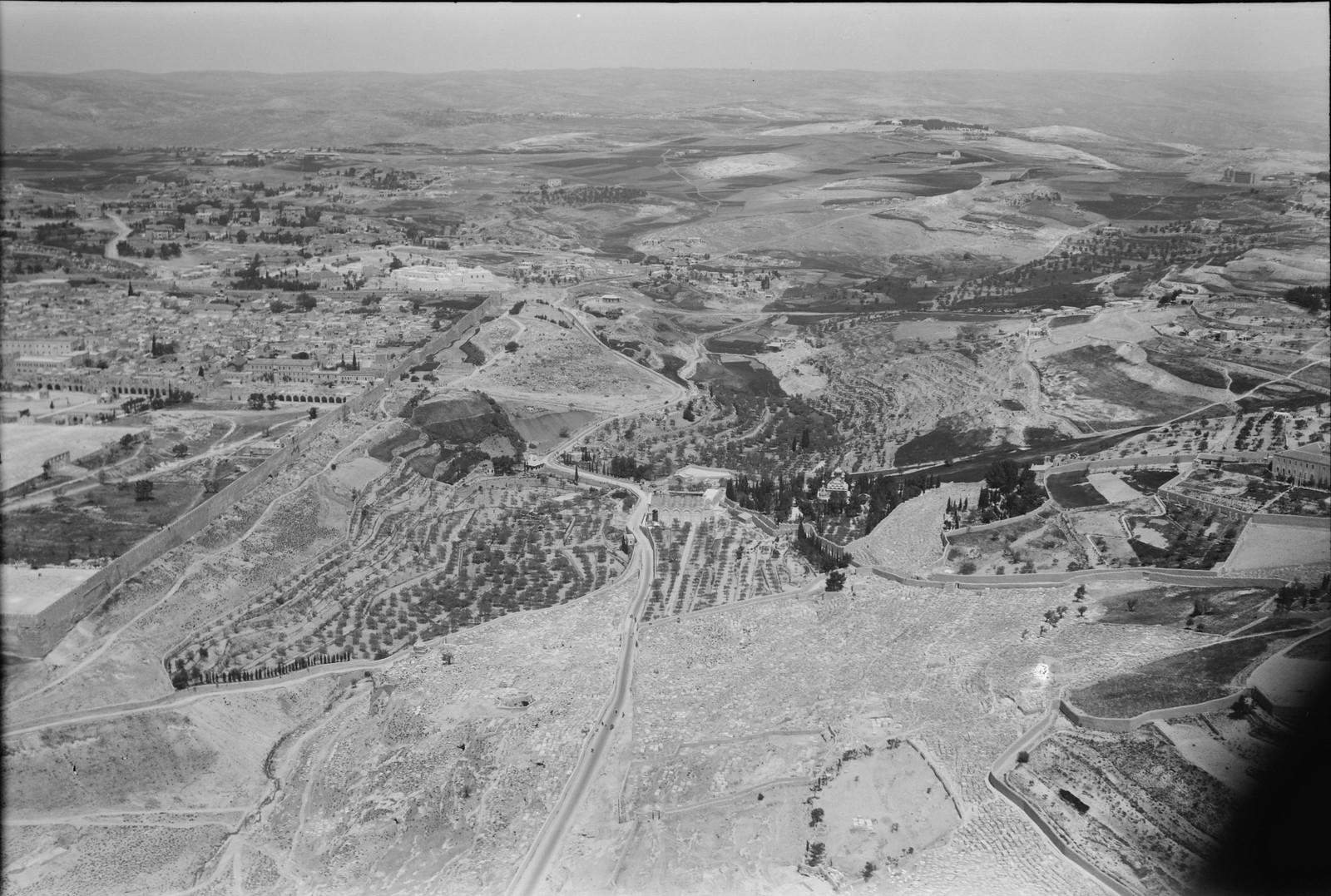07. Иерусалим с воздуха (Старый Город). Кедронская долина. Видна Гефсимания и северо-восточный угол городской стены