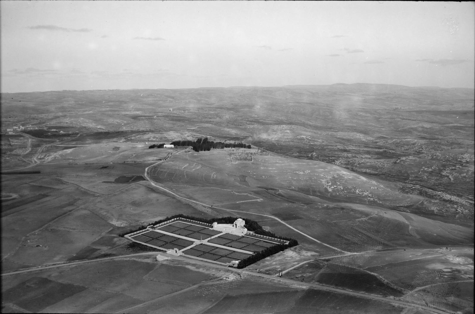 19. Иерусалим с воздуха. (Новый город).  Военное кладбище. Вид с северо-запада