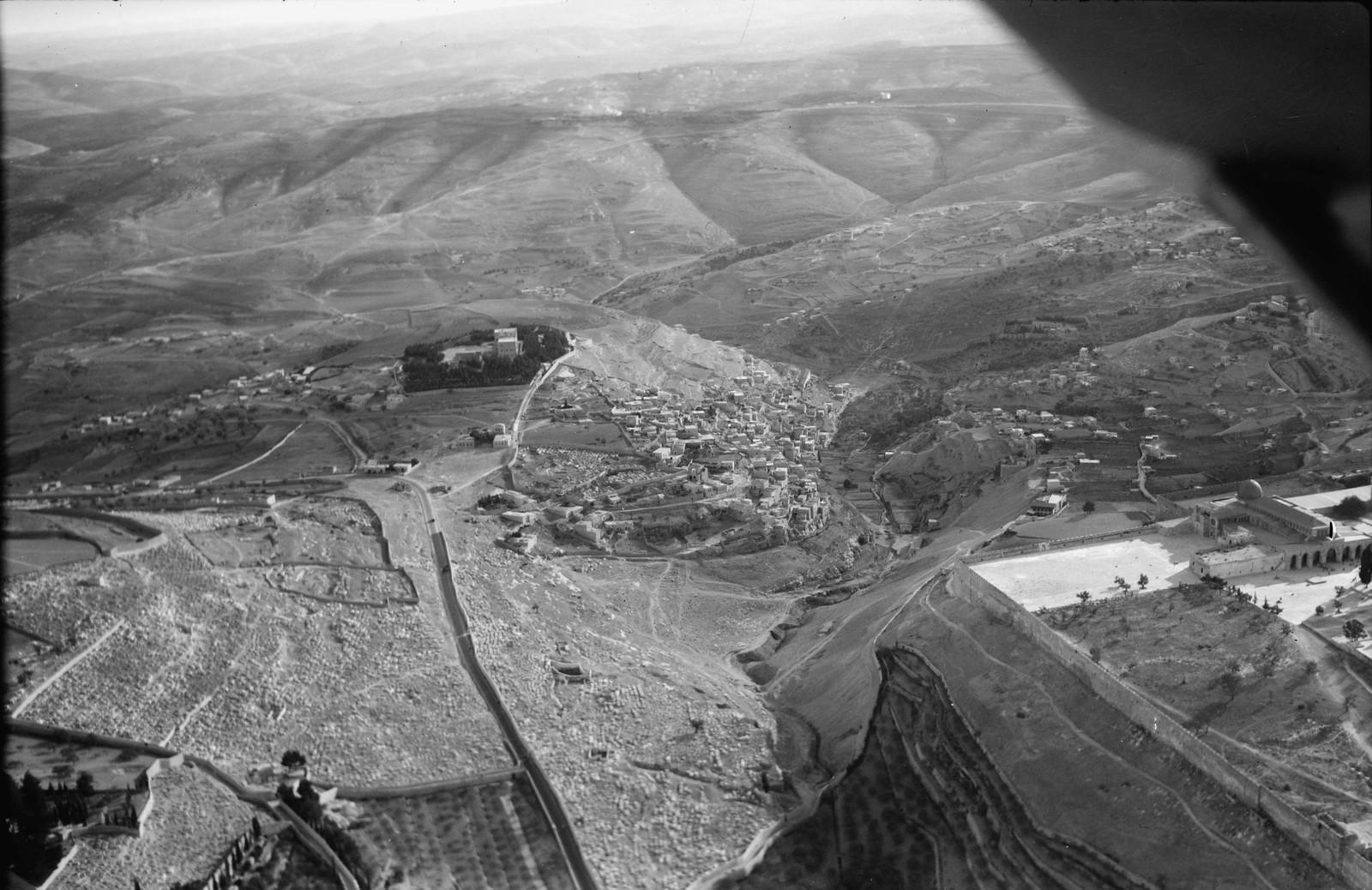 15. Иерусалим с воздуха (Старый Город). Кедронская долина и Силоам. Вид с севера на юго-восточный угол городской стены