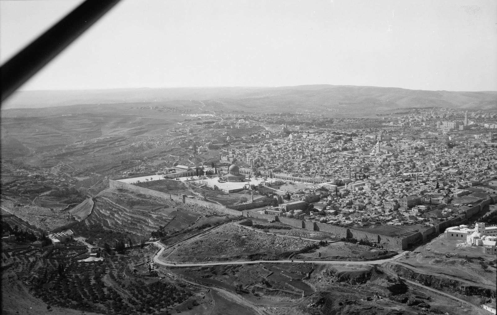 14. Иерусалим с воздуха (Старый Город). Кедроновая долина на переднем плане