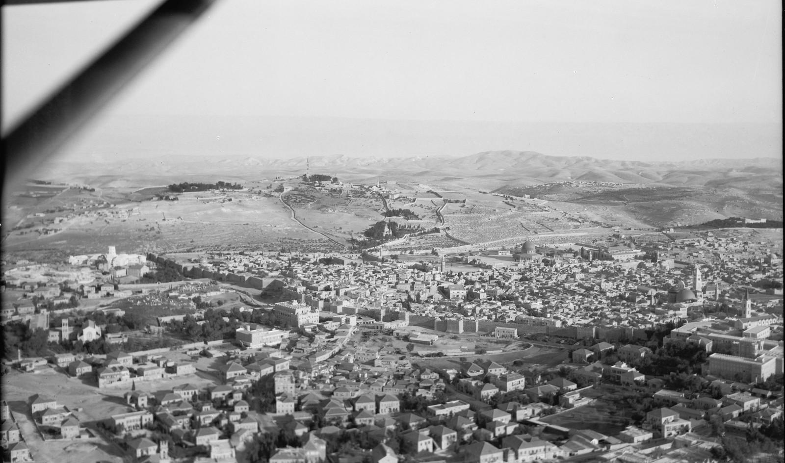 13. Иерусалим с воздуха (Старый Город). Северная сторона города. Чуть видно Масличную гору. Дикая природа Иудеи и Моава видна в отдалении