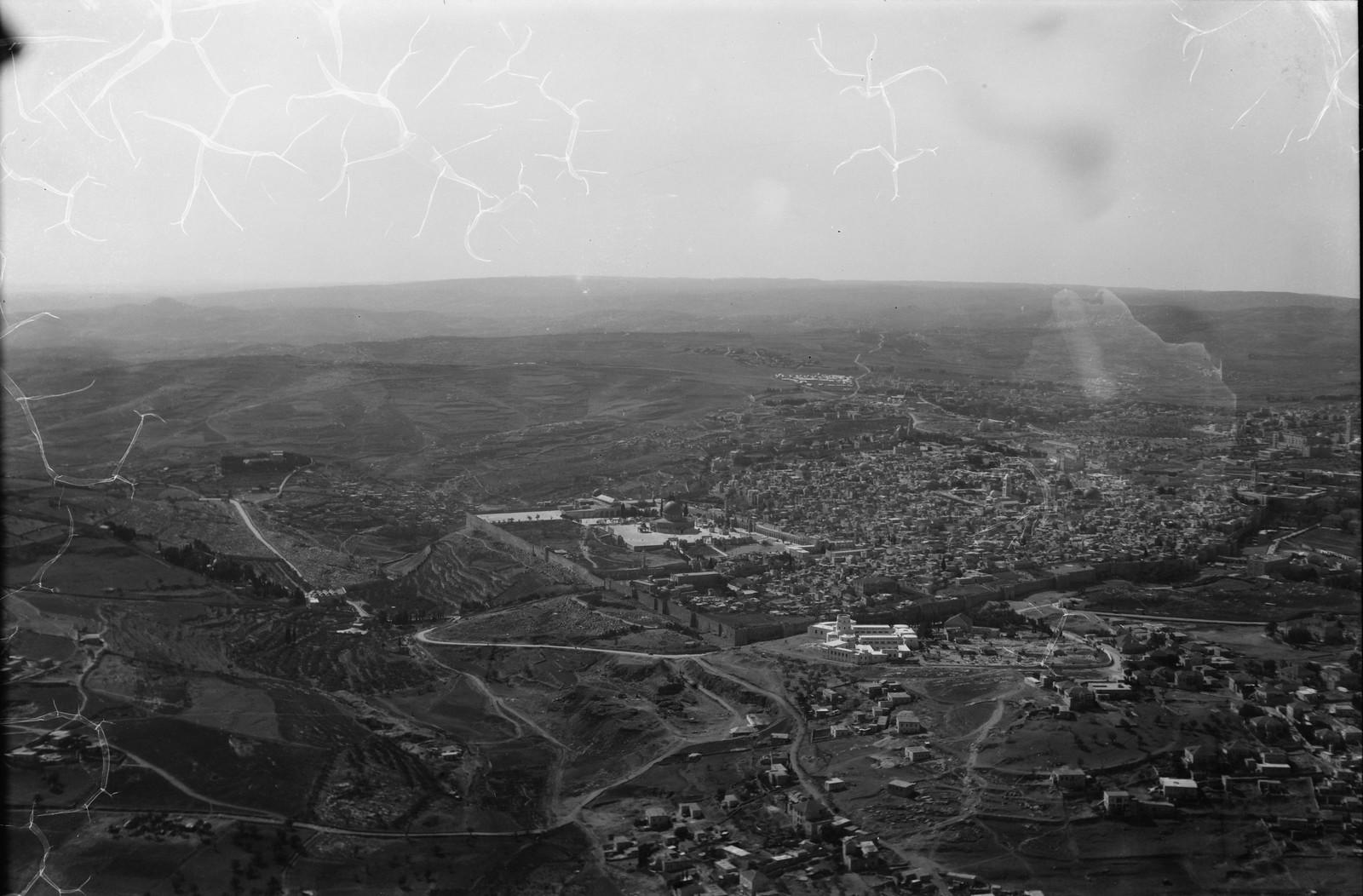 12. Иерусалим с воздуха (Старый Город). Старый город с северо-восточной стороны Видна в отдаление Вифлеемская дорога