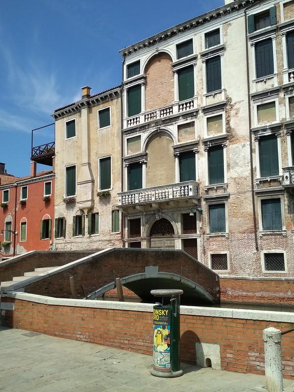 Венеция - Мостик и вход в апартаменты