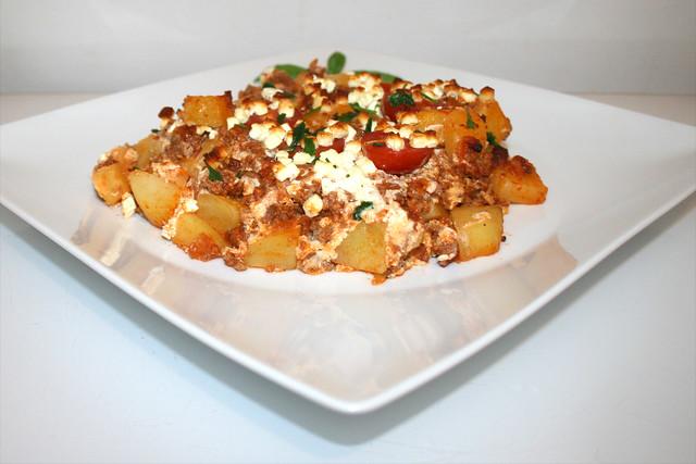 30 - Potato casserole with mincemeat & feta - Side view / Kartoffelauflauf mit Hackfleisch & Feta - Seitenansicht