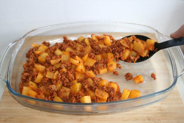 23 - Kartoffelwürfel einfüllen / Fill in diced potatoes