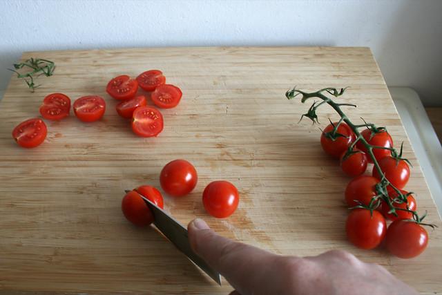 18 - Kirschtomatenn halbieren / Cut cherry tomatoes inn halfs