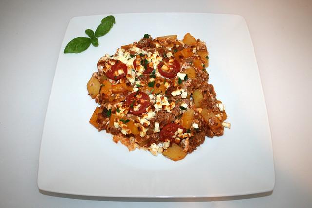 29 - Potato casserole with mincemeat & feta - Served / Kartoffelauflauf mit Hackfleisch & Feta - Serviert