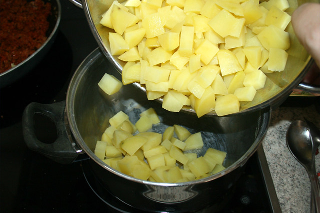 15 - Kartoffelwürfel zurück in Topf geben / Put potato dices back in pot