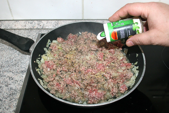 11 - Mit Salz, Pfeffer & Oregano würzen / Season with salt, pepper & oregano