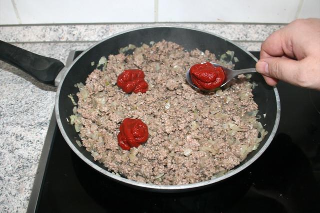 13 - Tomatenmark hinzufügen / Add tomato puree
