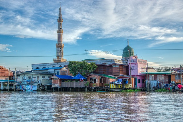 Tha It mosque by the Chao Phraya river opposite Koh Kret