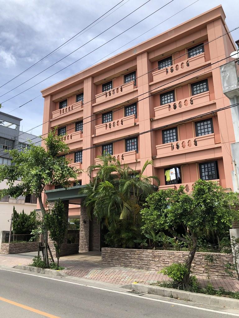 ホテルWBFアビアンパナ石垣島。この色の建物はほかになかったので迷わないはず!