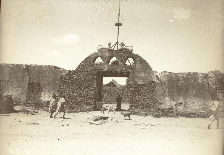233. Абиссиния, провинция Харар, г. Харар. Ворота старого дворца раса (правителя) Маконена