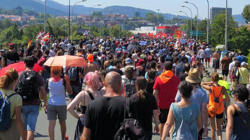 La manifestación cruzando el Bidasoa
