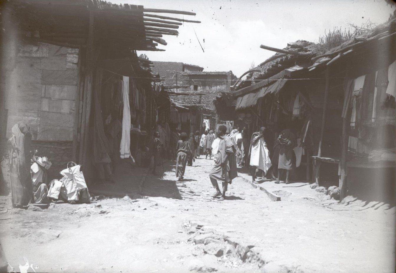 246. Абиссиния, провинция Харар, г. Харар. Базарная улица. Галла