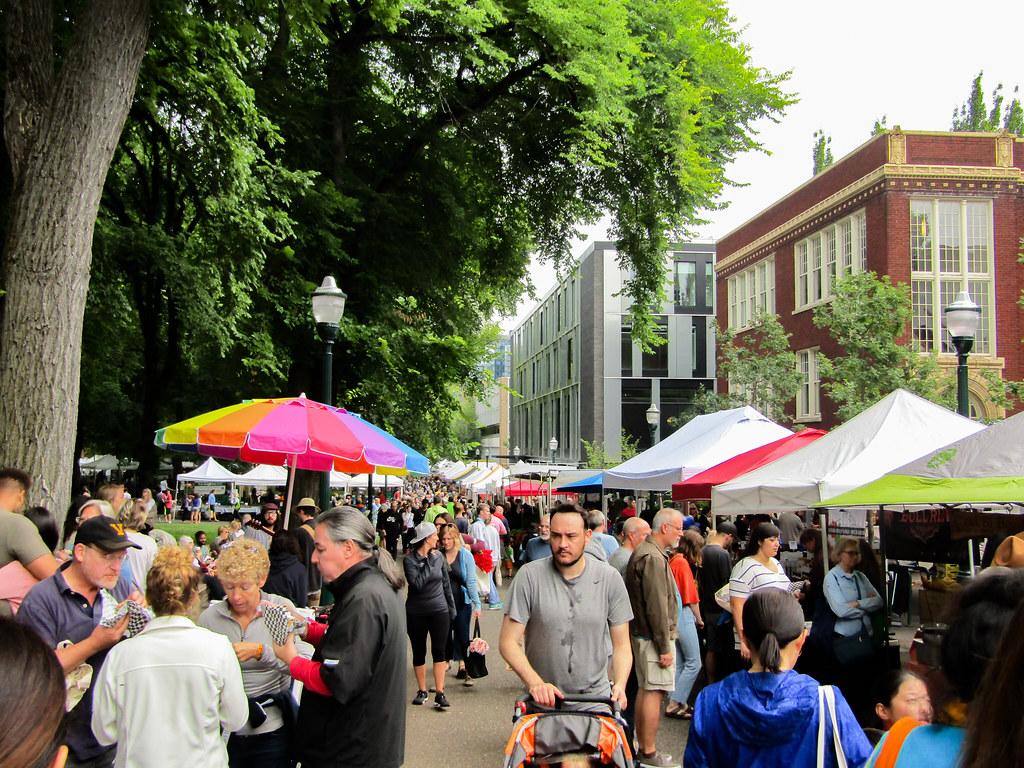 多くの人が集まるPSU Farmers Market