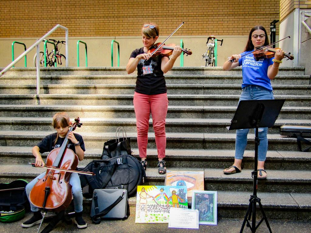 PSU Farmers Marketで楽器の演奏を行う女性たち