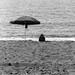 Una donna che legge al mare