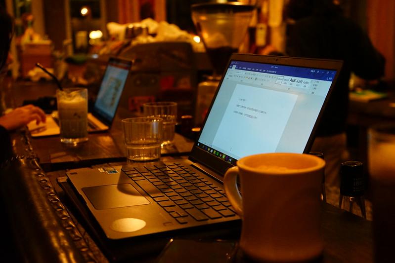 深夜咖啡廳是做報告的好去處。圖/張慈恩攝