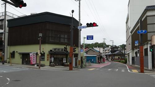 駅前の飯坂温泉案内処(観光協会)。そのすぐ右奥には共同浴場のひとつ「波来湯」(はこゆ)がある